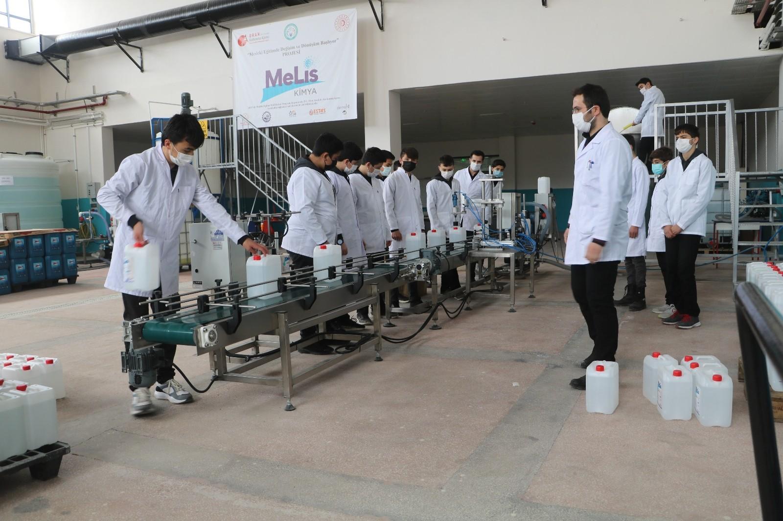 Sivas Mesleki ve Teknik Anadolu Lisesi öğrencileri hem üretiyor, hem kazanıyor! Cirosu fabrikaları aratmıyor