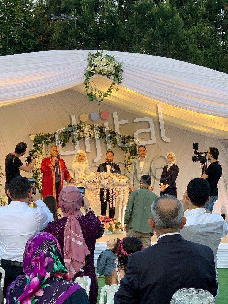 Eski Hazine ve Maliye Bakanı Berat Albayrak'tan haber var: Kalender çiftinin düğününde görüntülendi!
