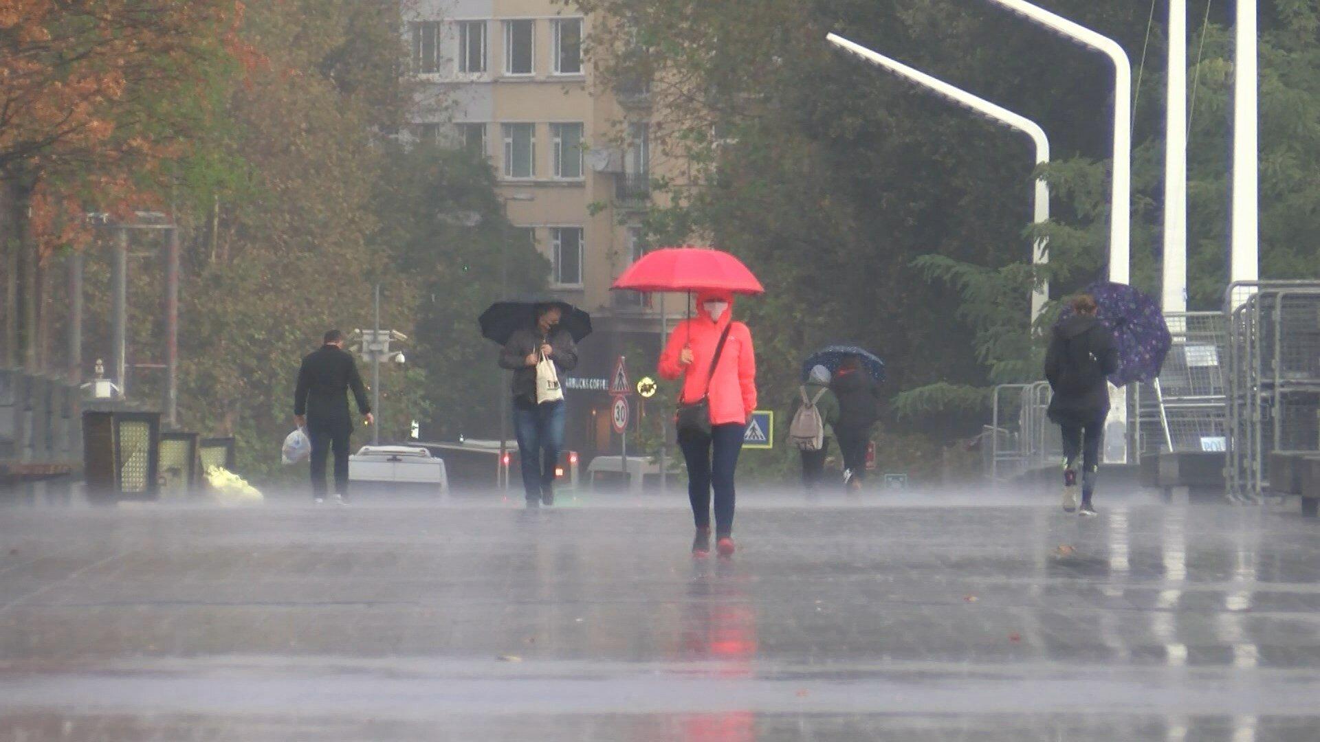 Yağmuru fırsata çeviren çocukların eğlenceleri dakikaları