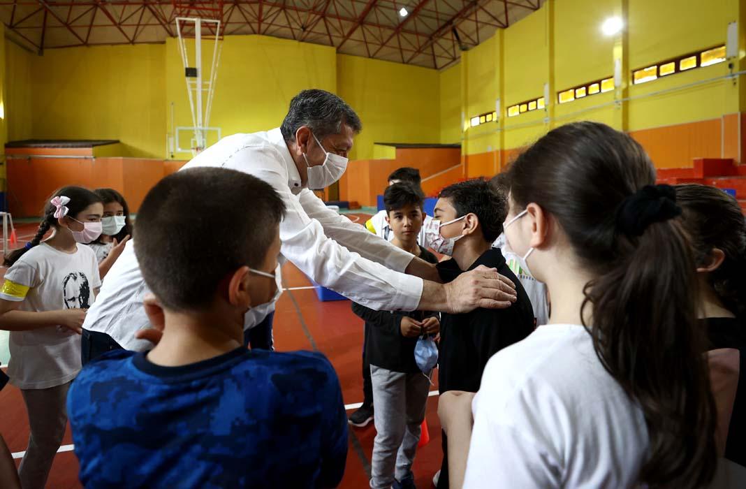 Milli Eğitim Bakanı Selçuk öğrencilerle top oynadı, kaleci oldu! Okullarda sosyal aktiviteler 5 Temmuz'a kadar sürecek!