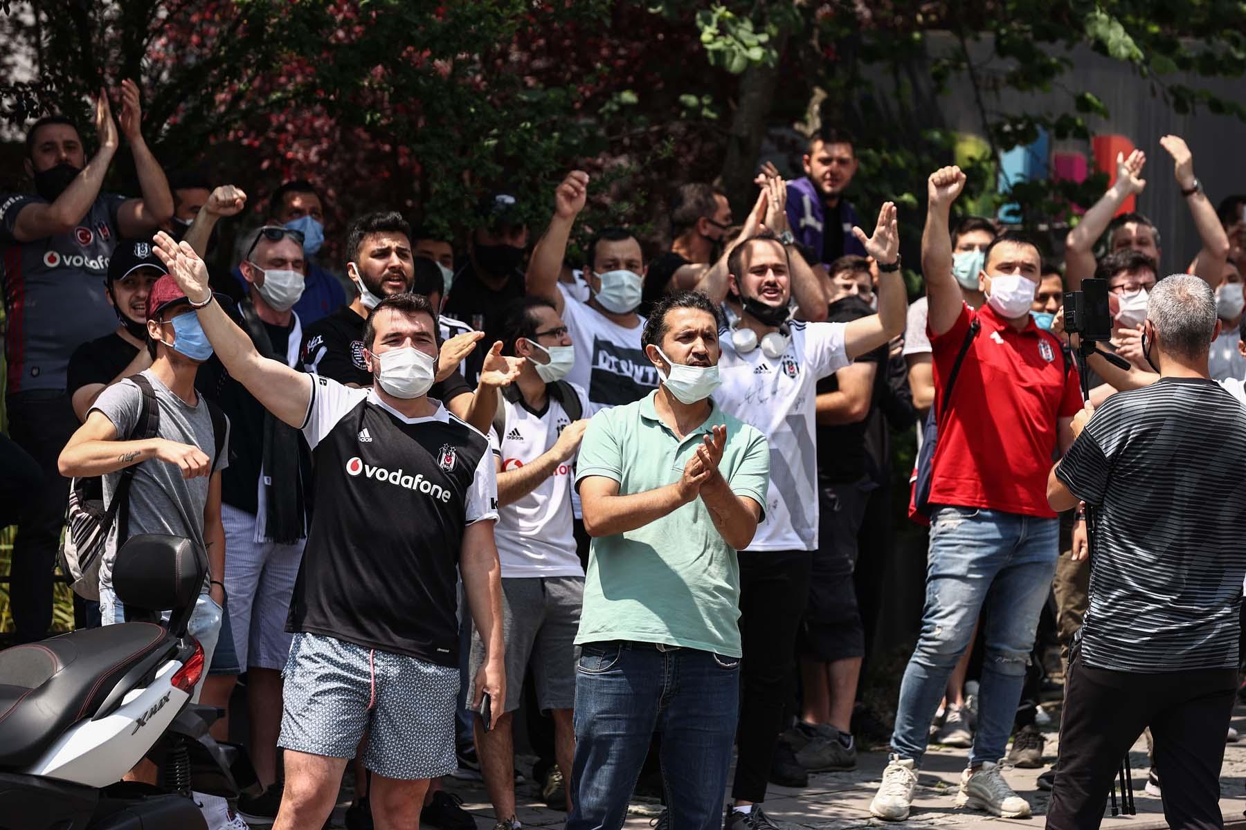 Beşiktaş taraftarı Sergen Yalçın'ın evinin önünde toplandı: Sergen gelecek, öyle gideceğiz