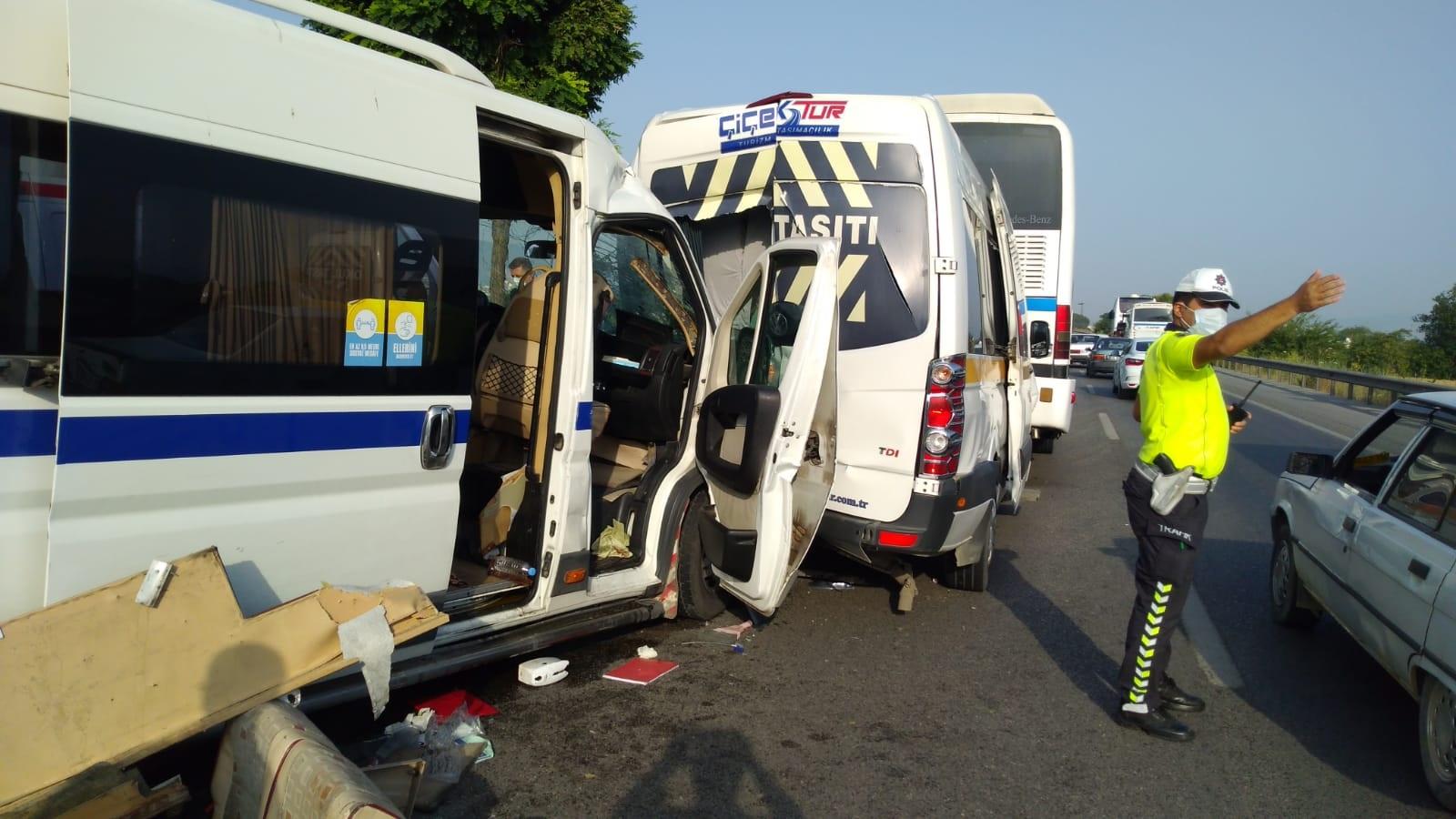 SON DAKİKA! Manisa'da zincirleme kaza! 5 araç birbirine girdi: 17 yaralı!