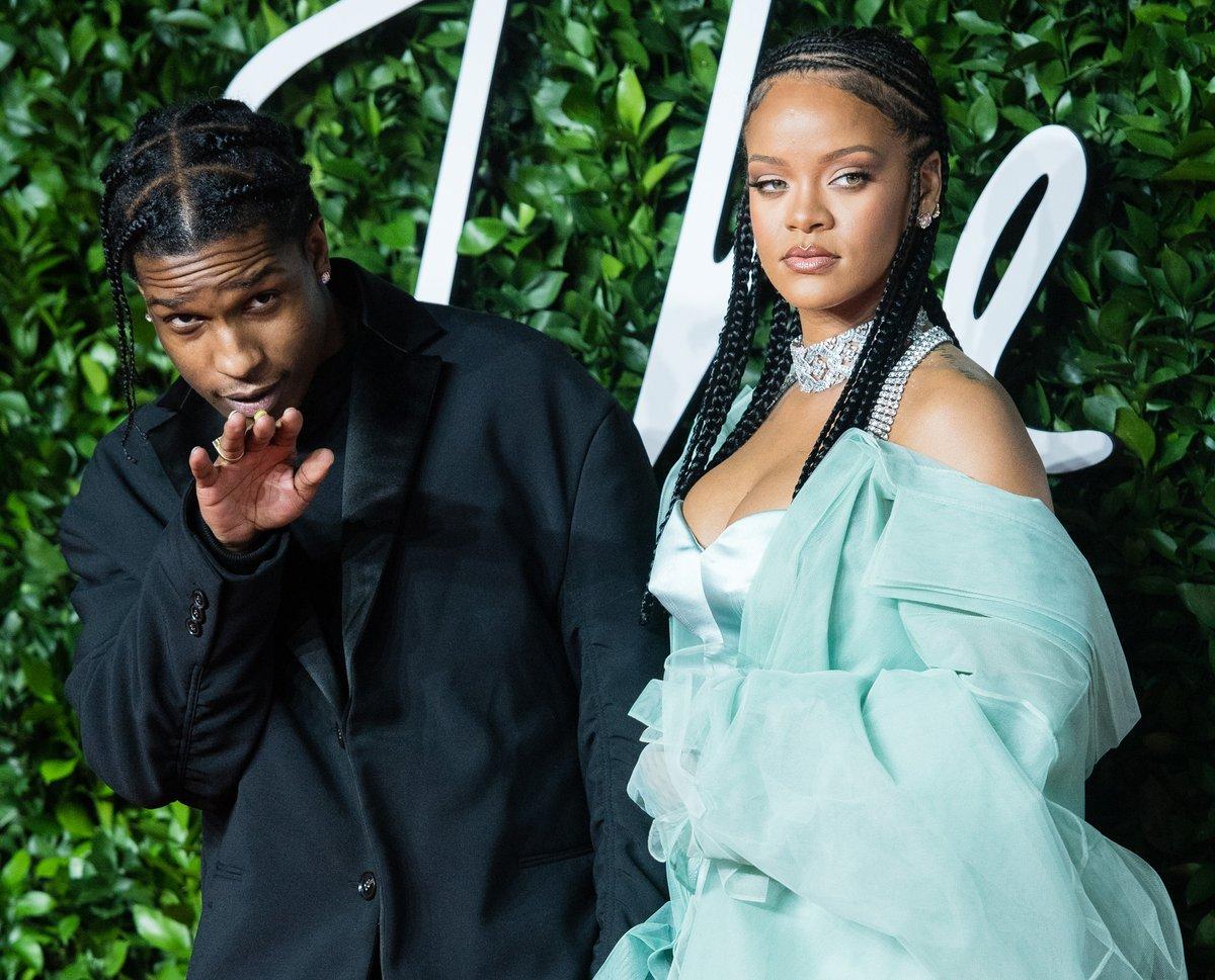 Baştan aşağı pembeye bürünen Rihanna geceye damgasını vurdu! Sevgilisi ASAP Rocky ile objektiflere yansıdı