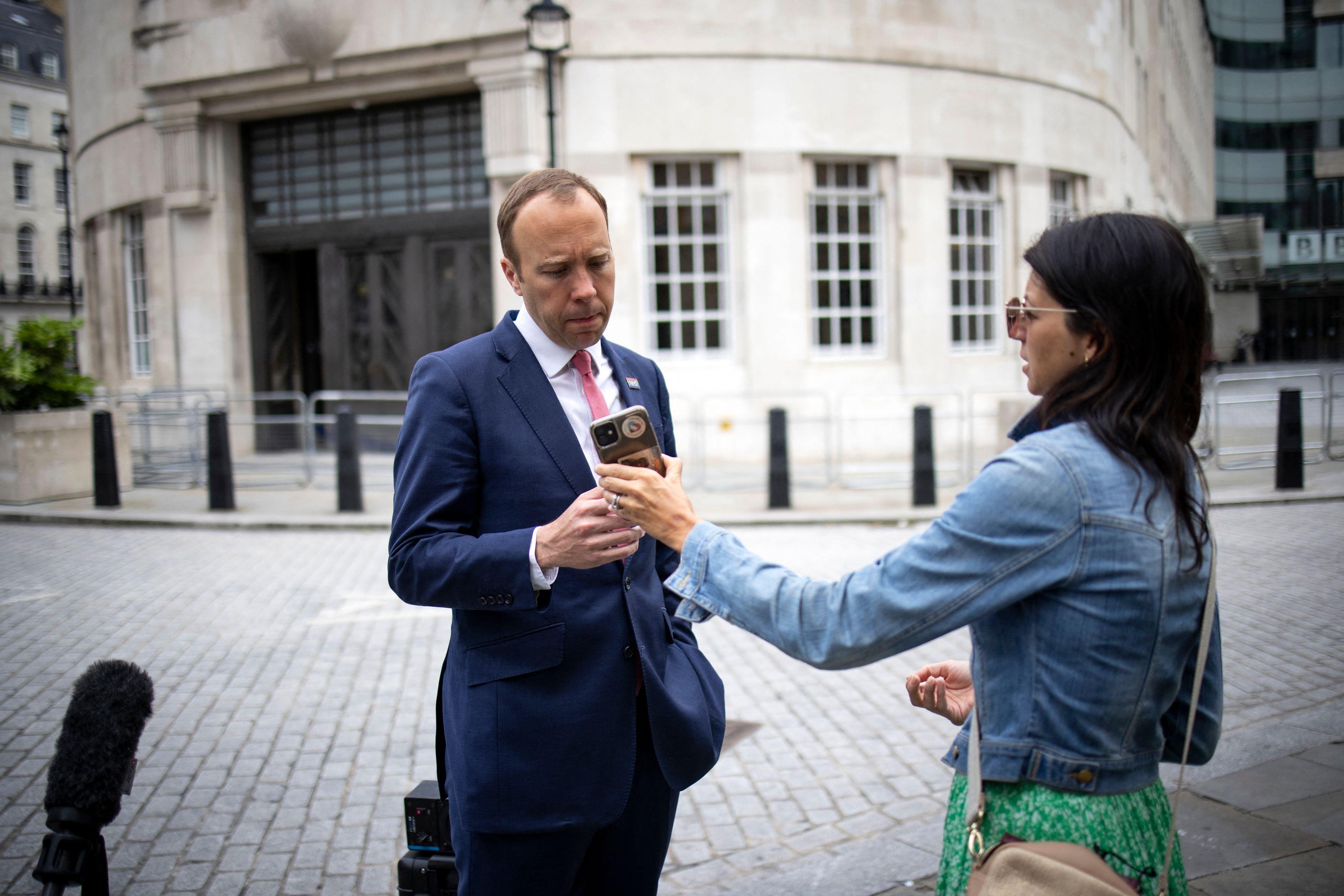 İngiltere bu haberle çalkalanıyor! Sağlık Bakanı Matt Hancock'tan skandal! Bakanlık binasında basıldı: 15 yıllık eşini, danışmanıyla aldattı!