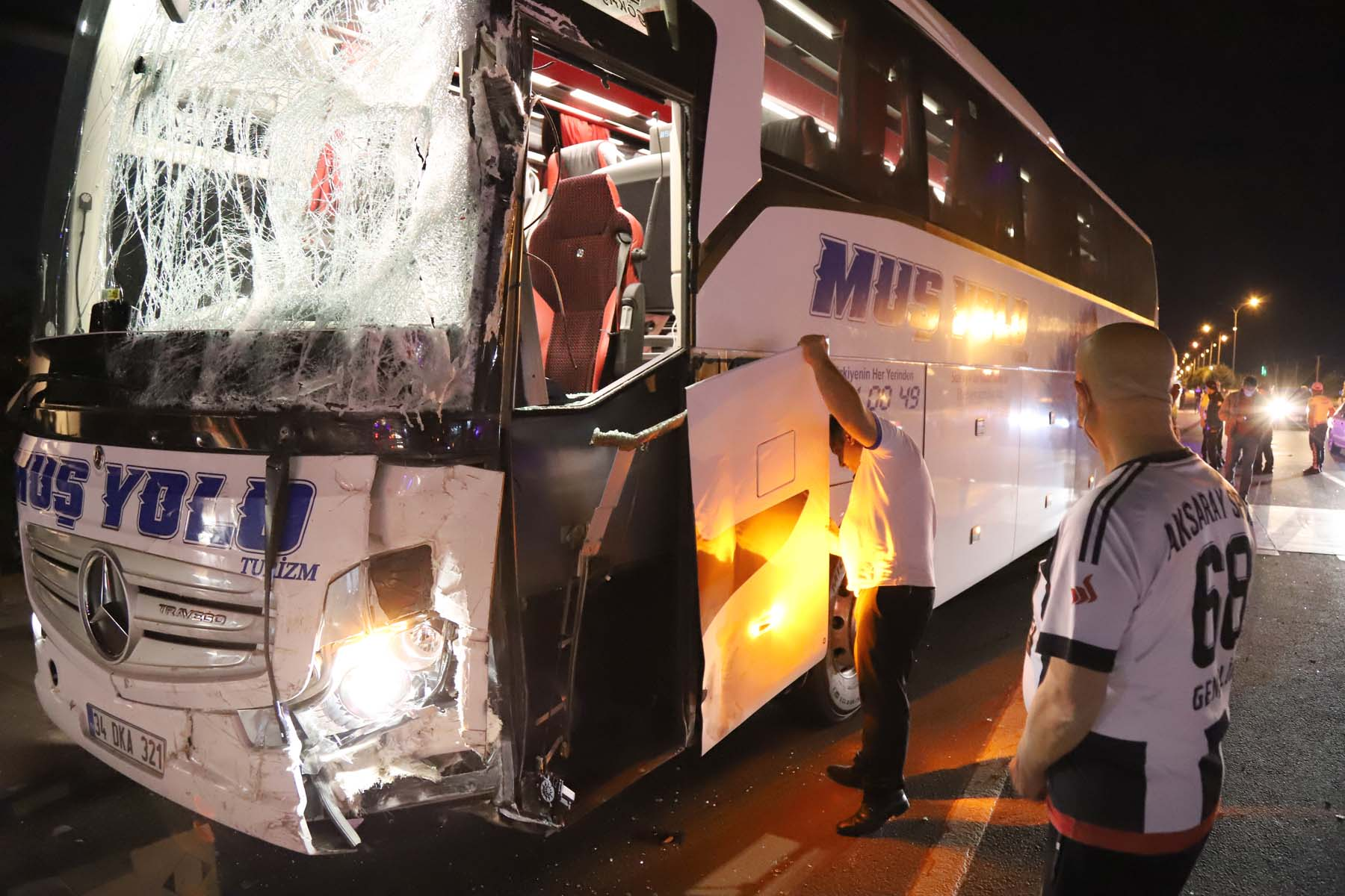 Yolcu otobüsü ile minibüs çarpıştı: Çok sayıda yaralı var
