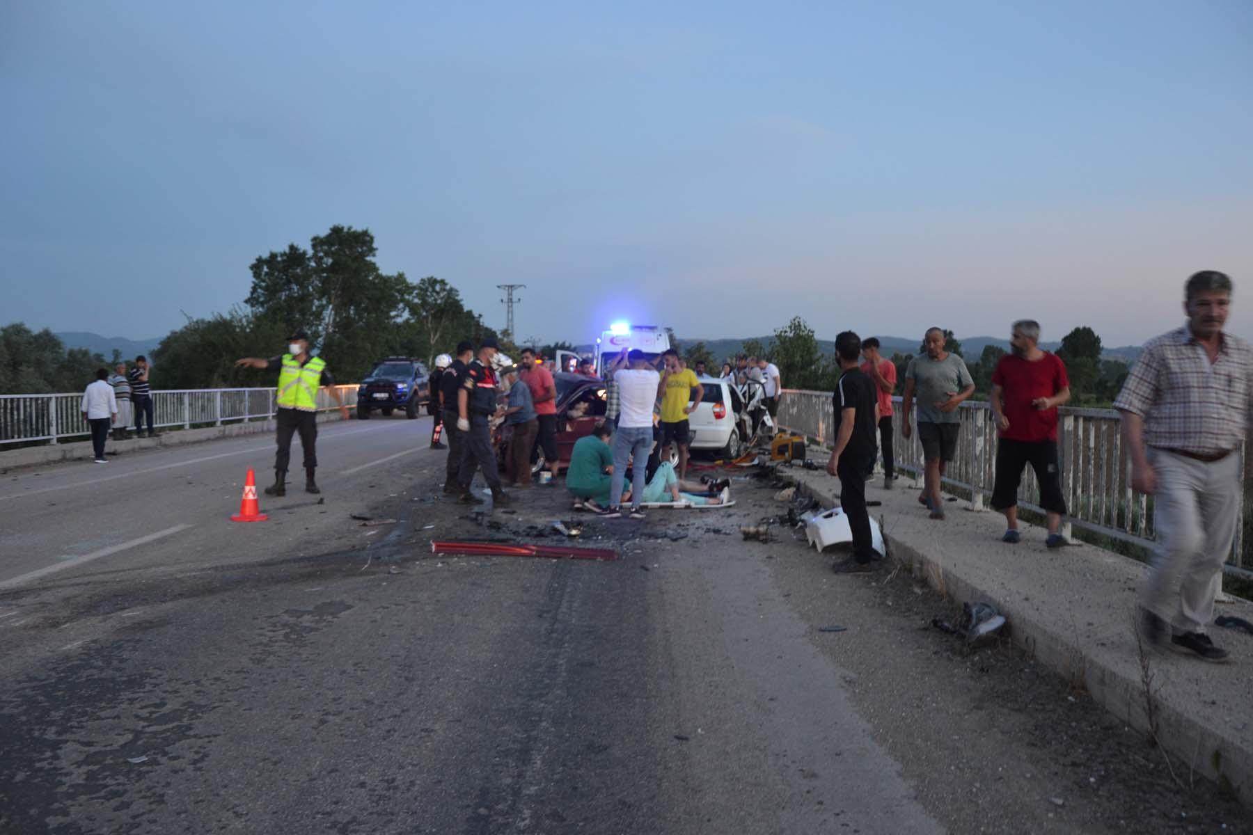 Çanakkale Biga'da can pazarı! iki otomobil kafa kafaya çarpıştı: 3 ölü, 5 yaralı