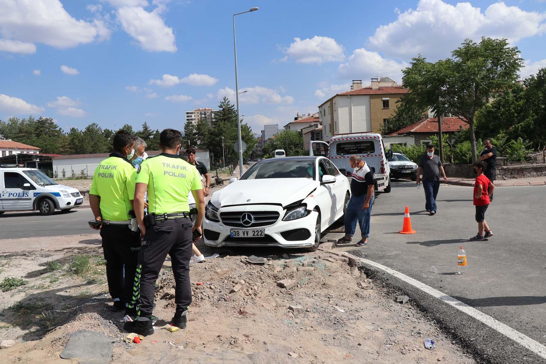 Facianın eşiğinden dönüldü: İki otomobil çarpıştı: Çok sayıda yaralı