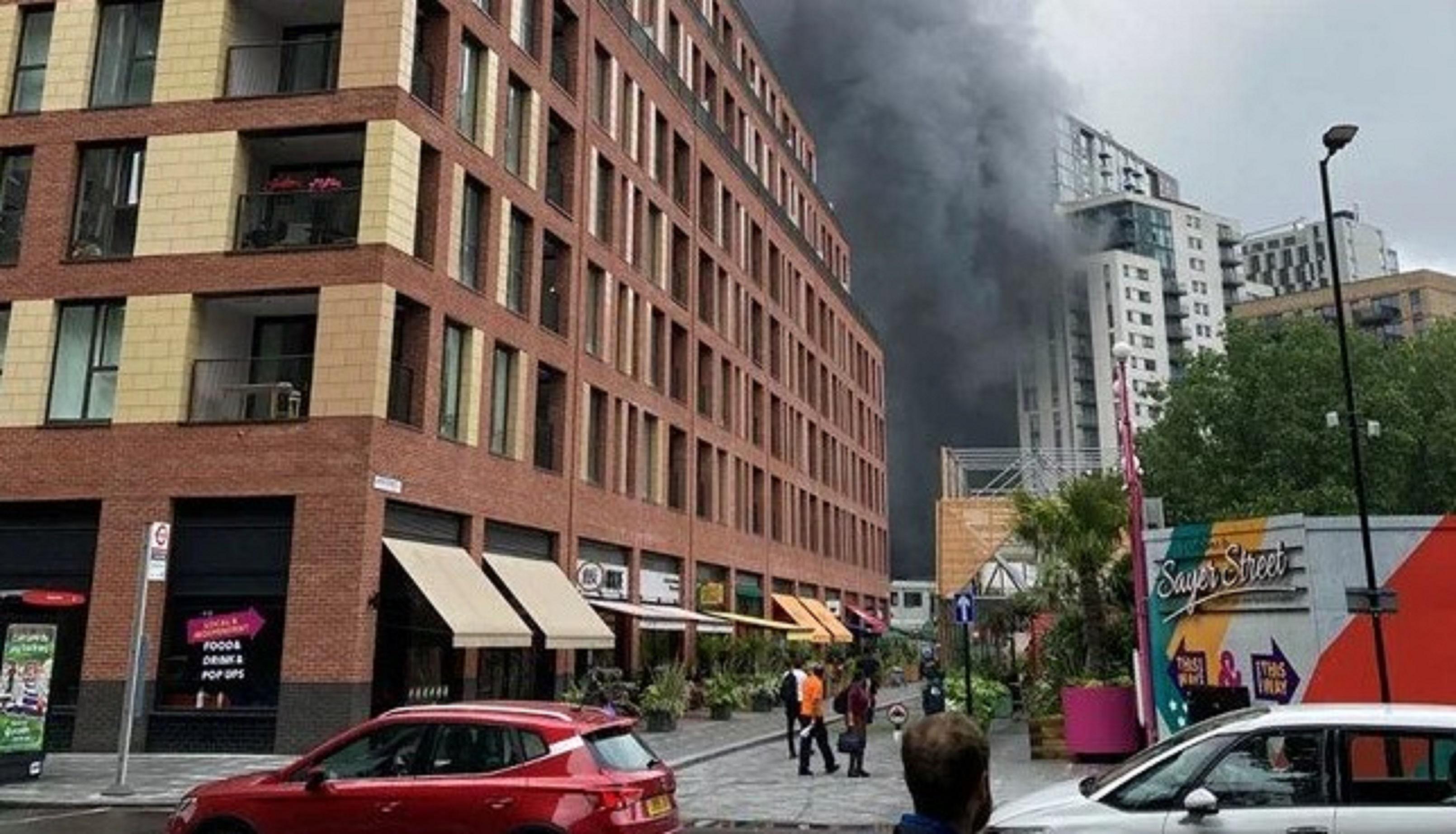 Alevler yükseldi, patlamalar duyuldu! Londrada yangın paniği! Siyah duman bulutu gökyüzünü kapladı