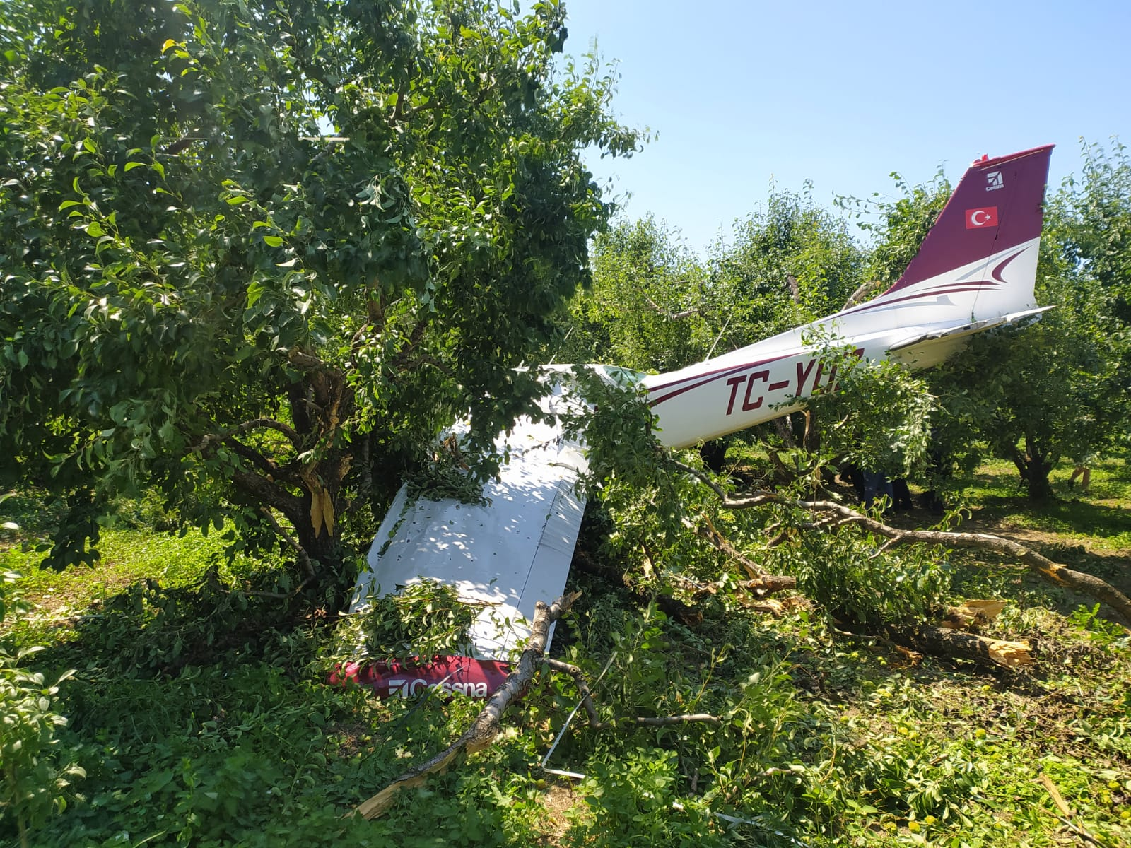 Bursa'da eğitim uçağından acil iniş: Cessna tipi uçak arızalandı, 2 yaralı!