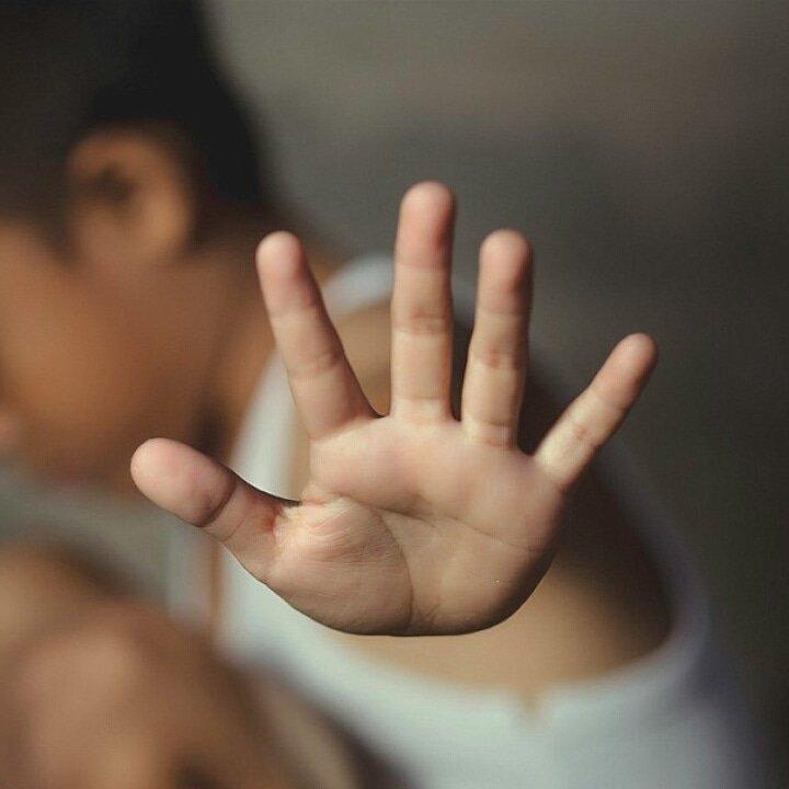 Yine üvey baba, yine cinsel istismar! 10 yaşındaki ikizlerin günlükleriyle ortaya çıktı, istismarcı ilk duruşmada serbest kaldı!