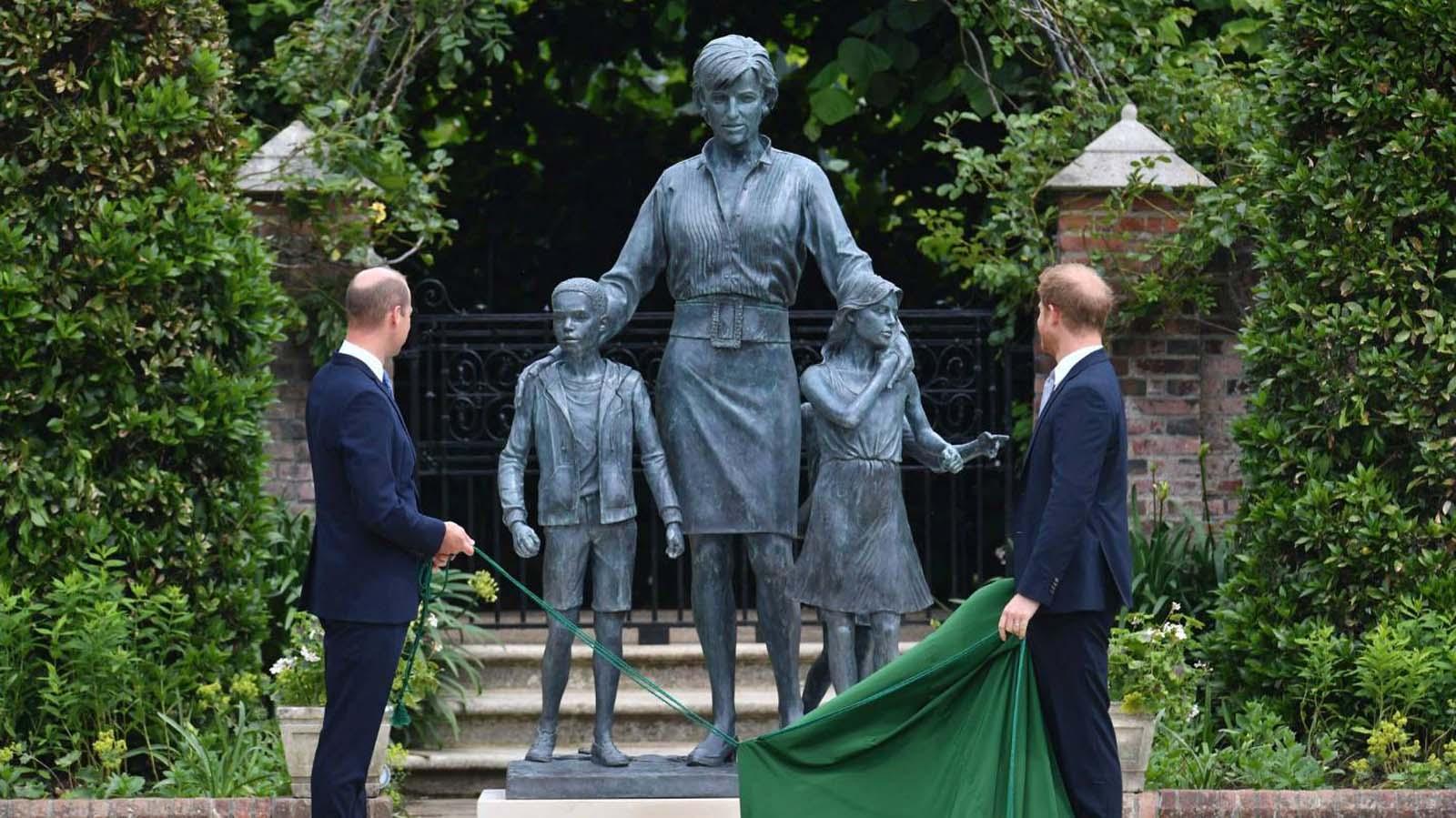 Prenses Diana'nın 60. doğum günü heykeli ortaya çıktı! Prens Harry ve Prens William bir araya geldi!