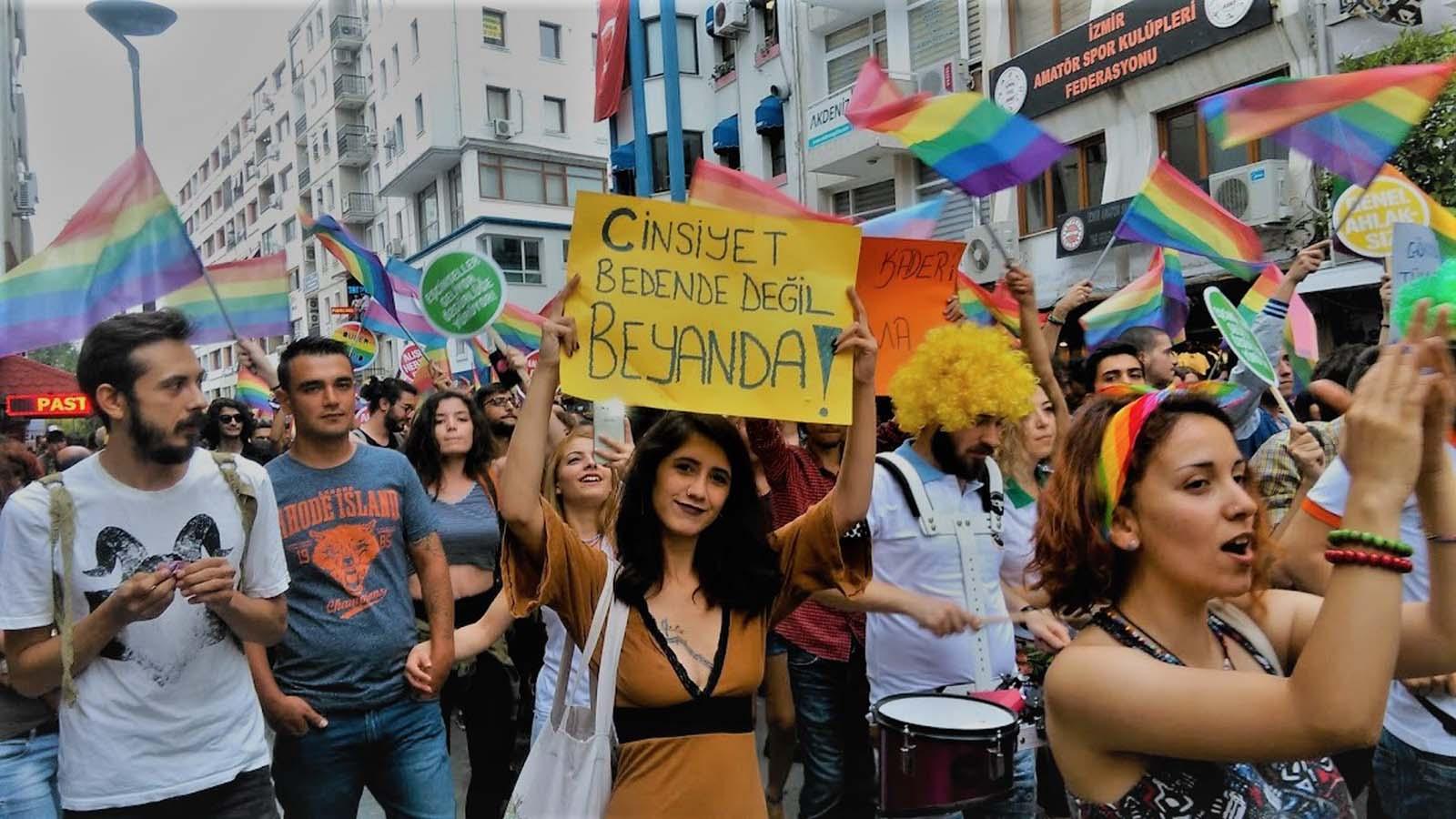 İstanbul Sözleşmesi Protestosu! Kadınlar sözleşmeden çıkılmasını protesto etti. İstanbul ve İzmir'deki gösterilere polis müdahale etti.