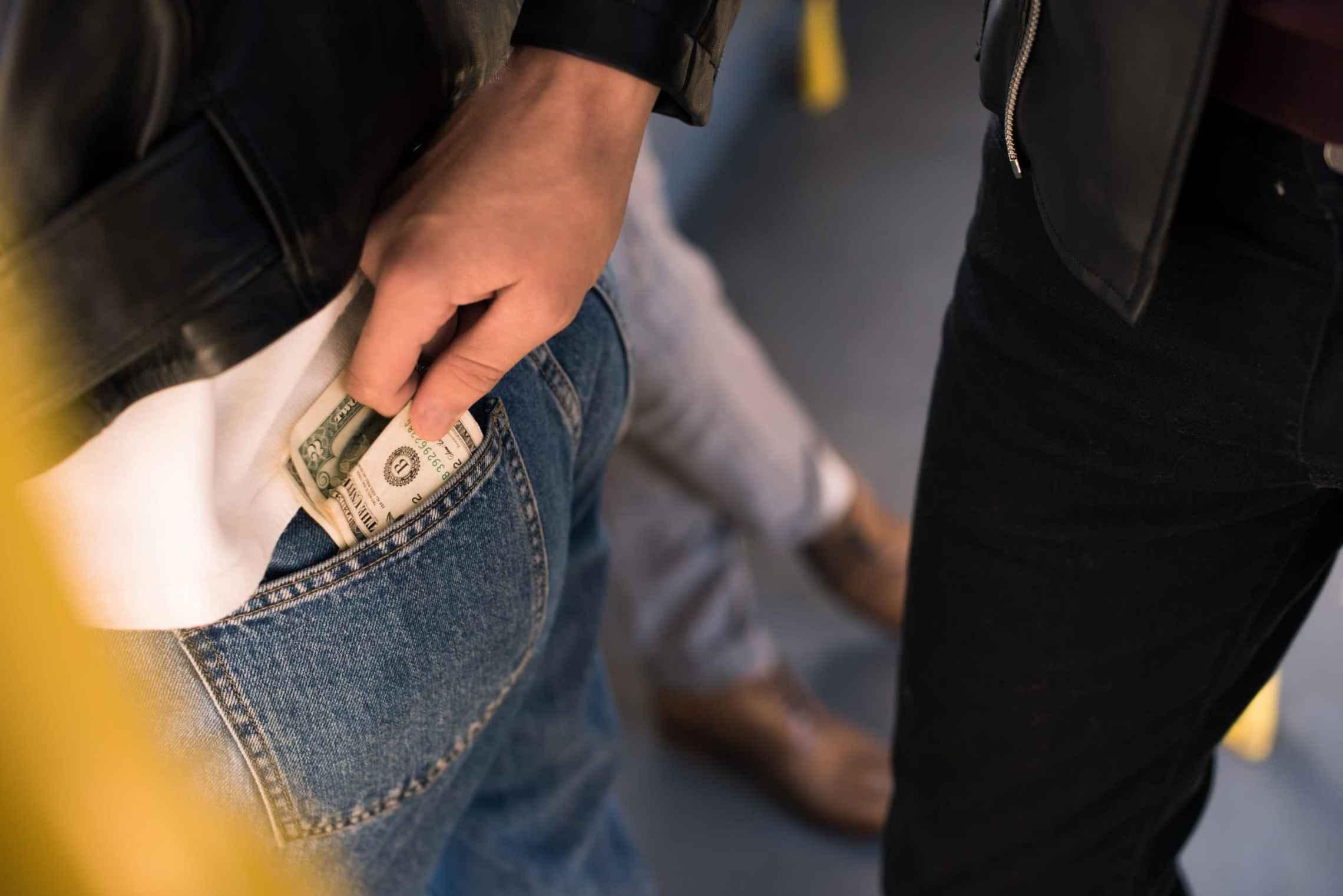 Diyanet'in dergisinde 'cimri koca' fetvası: Kadınlar kendilerine para vermeyen eşlerinin cebinden gizlice para alabilir!