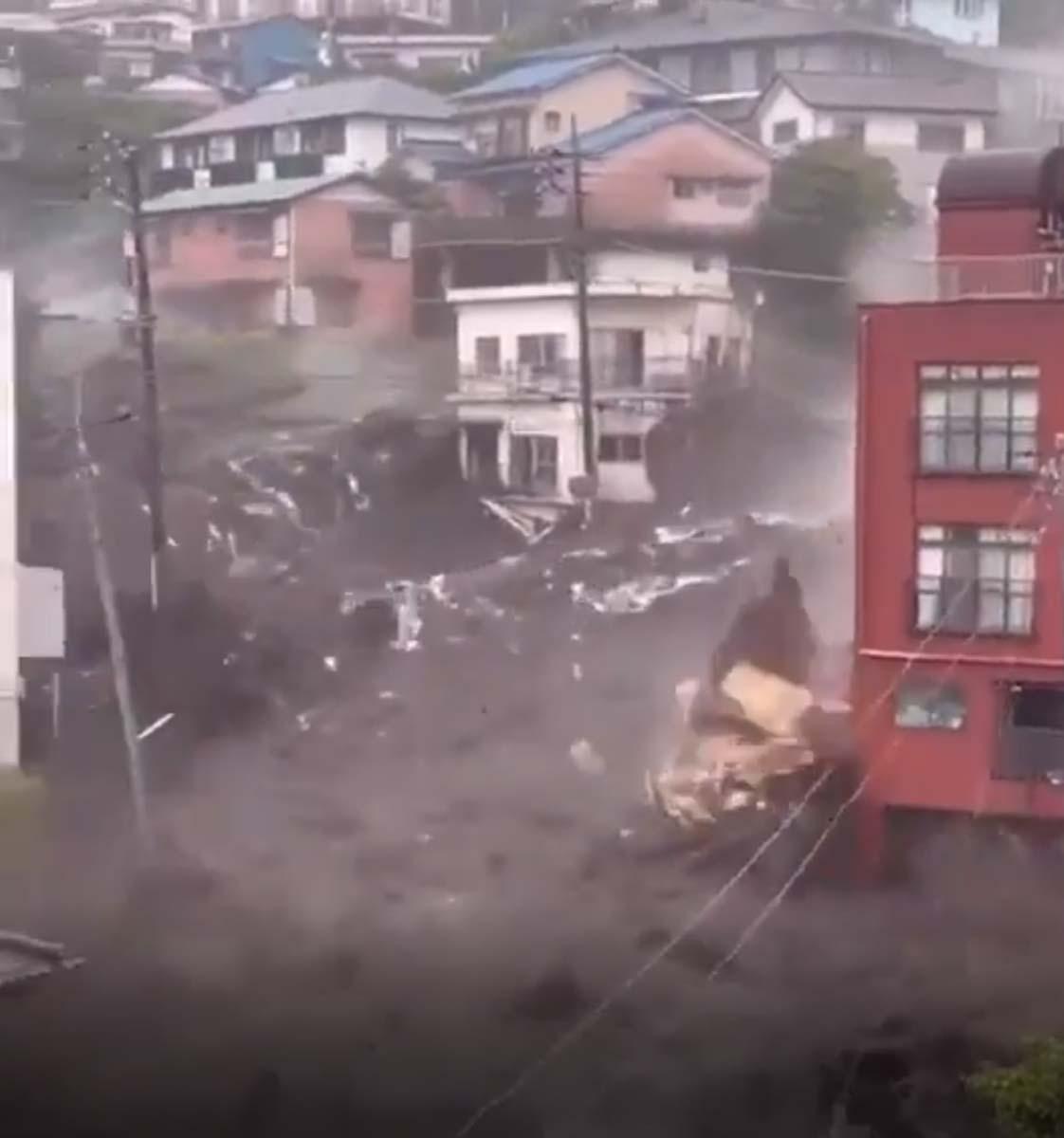 Japonya'da sel ve heyelan felaketi: Önüne ne kattıysa götürdü, 19 kişi kayboldu