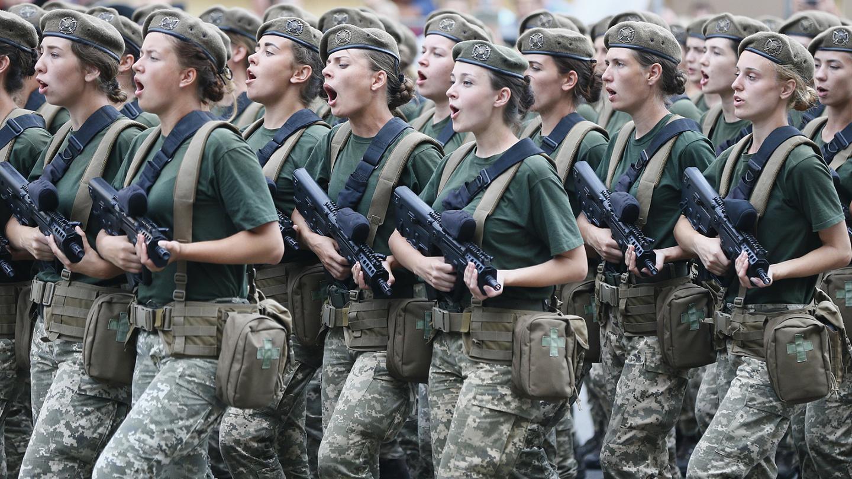 Eleştirilerin odağı oldu: Ukrayna'da kadın askerlerden topuklu prova! 'Gerçek bir rezalet!'