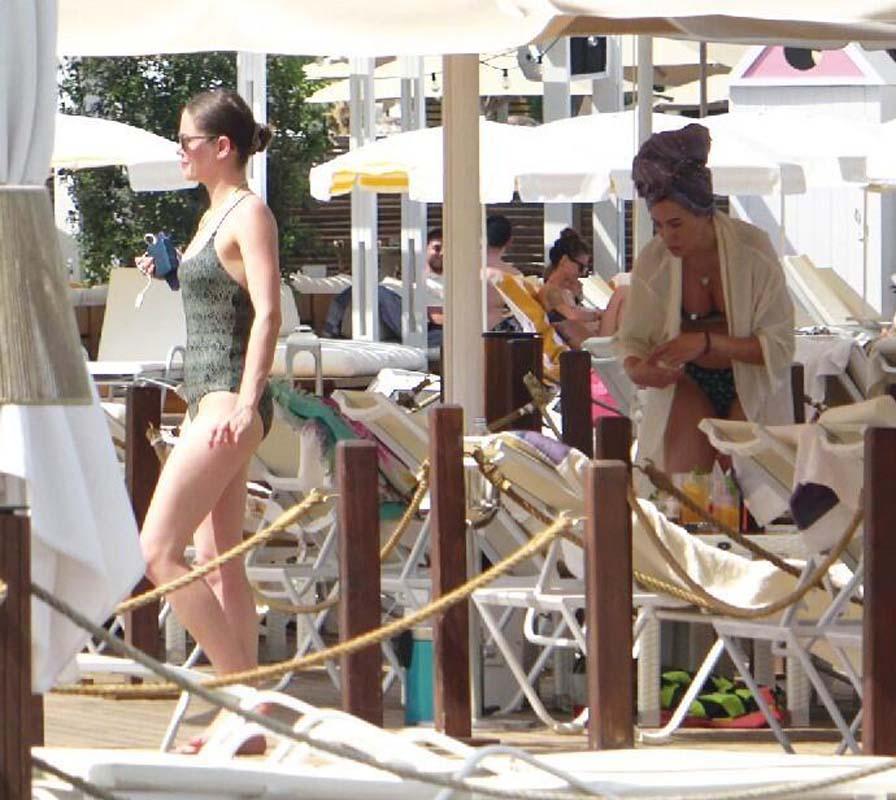 Burcu Biricik fit vücuduyla tatildeki turistlere taş çıkardı!