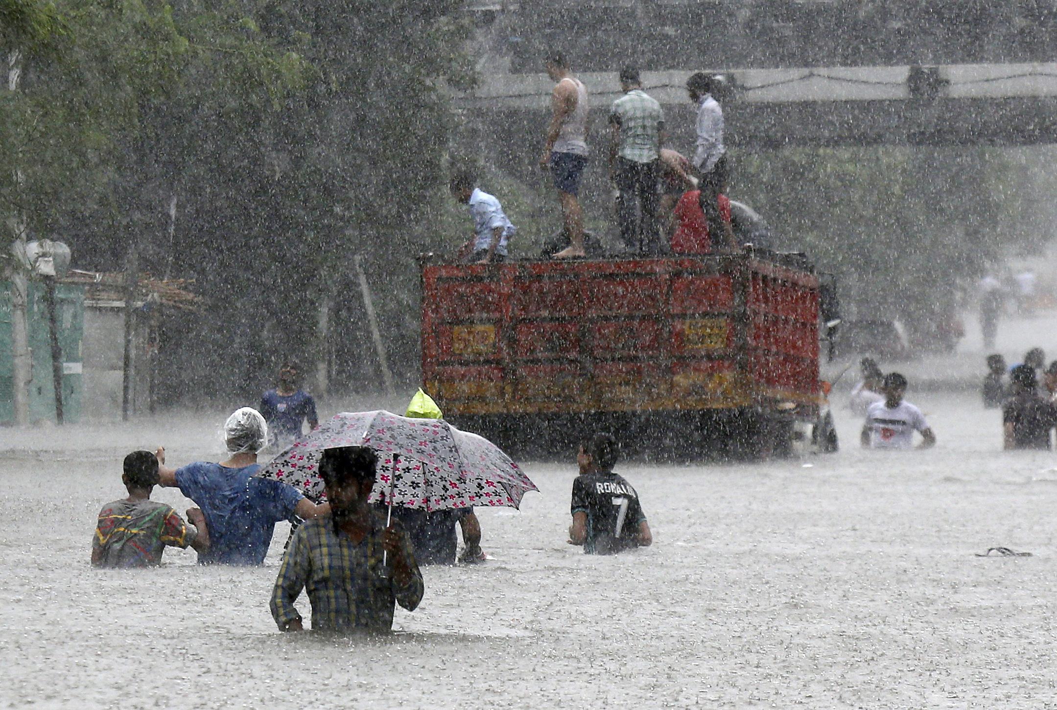 Bir gün kavurucu sıcaklık, bir gün kuvvetli yağışlar! İklim değişiklikleri can almaya devam ediyor | Nepalde ölü sayısı yükseliyor