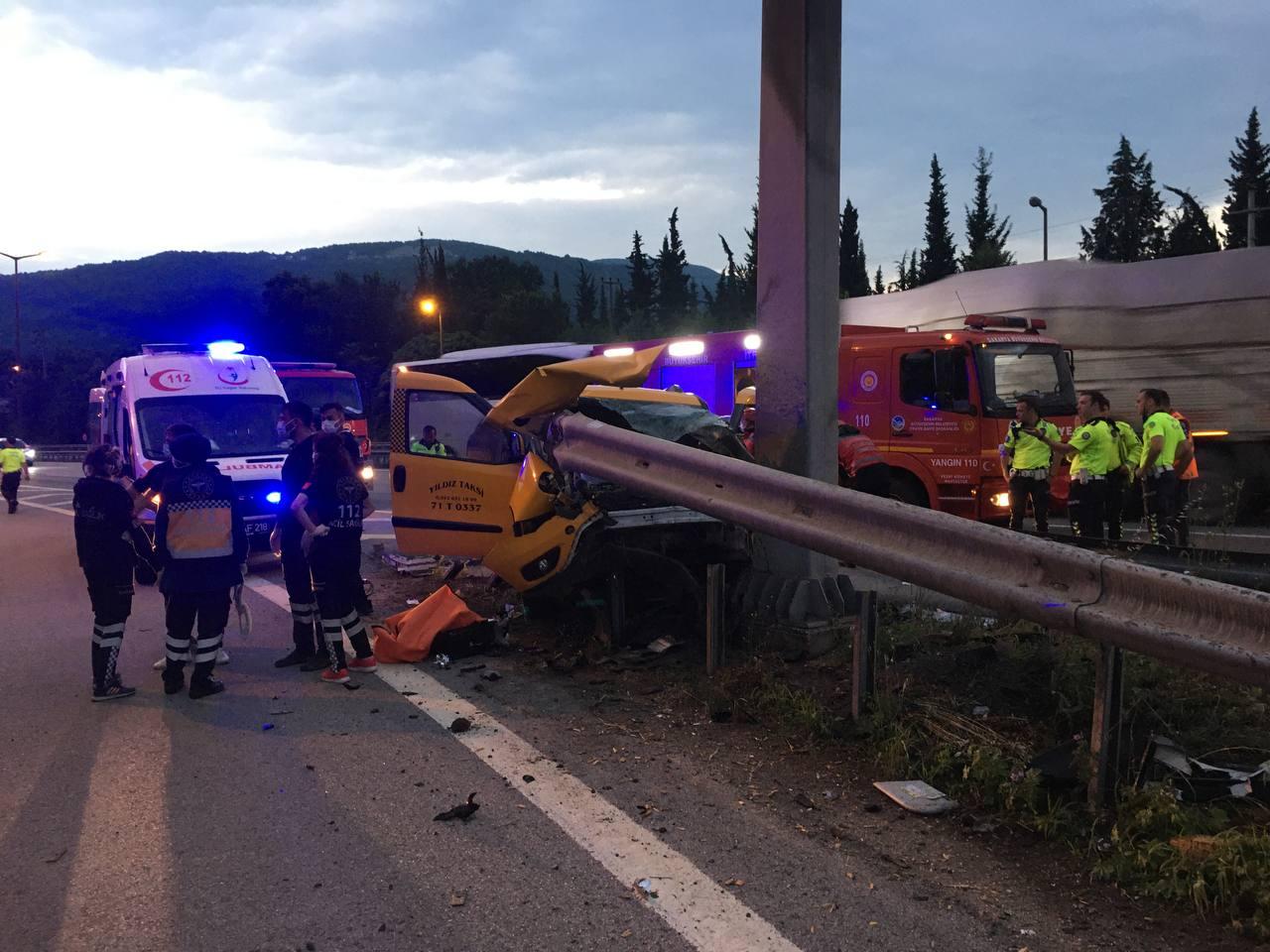 Bariyerlere ok gibi saplandı! Refüje çarpan araç hurdaya döndü: 2 kişi öldü, 3ü çocuk 5 kişi yaralandı