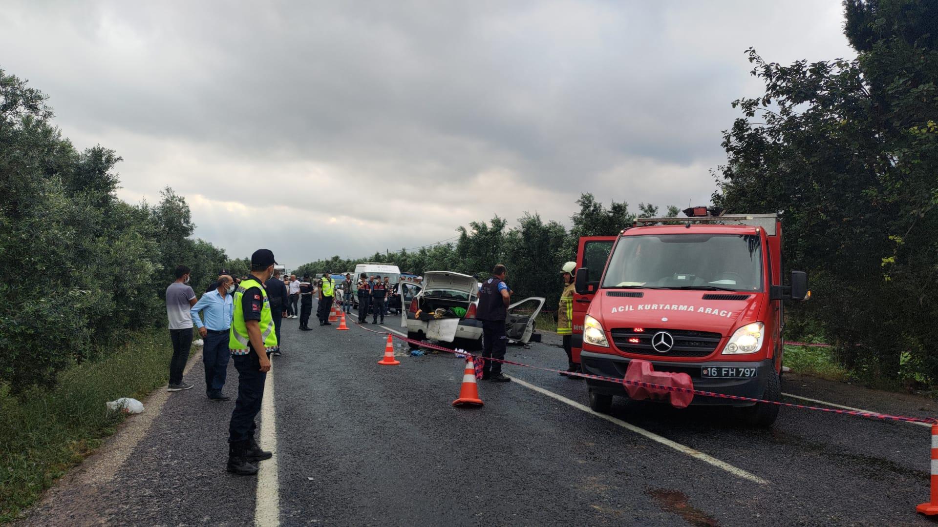 Karşı yönden gelen araçlar kafa kafaya çarpıştı, araçlar hurdaya döndü: 5 kişi hayatını kaybetti