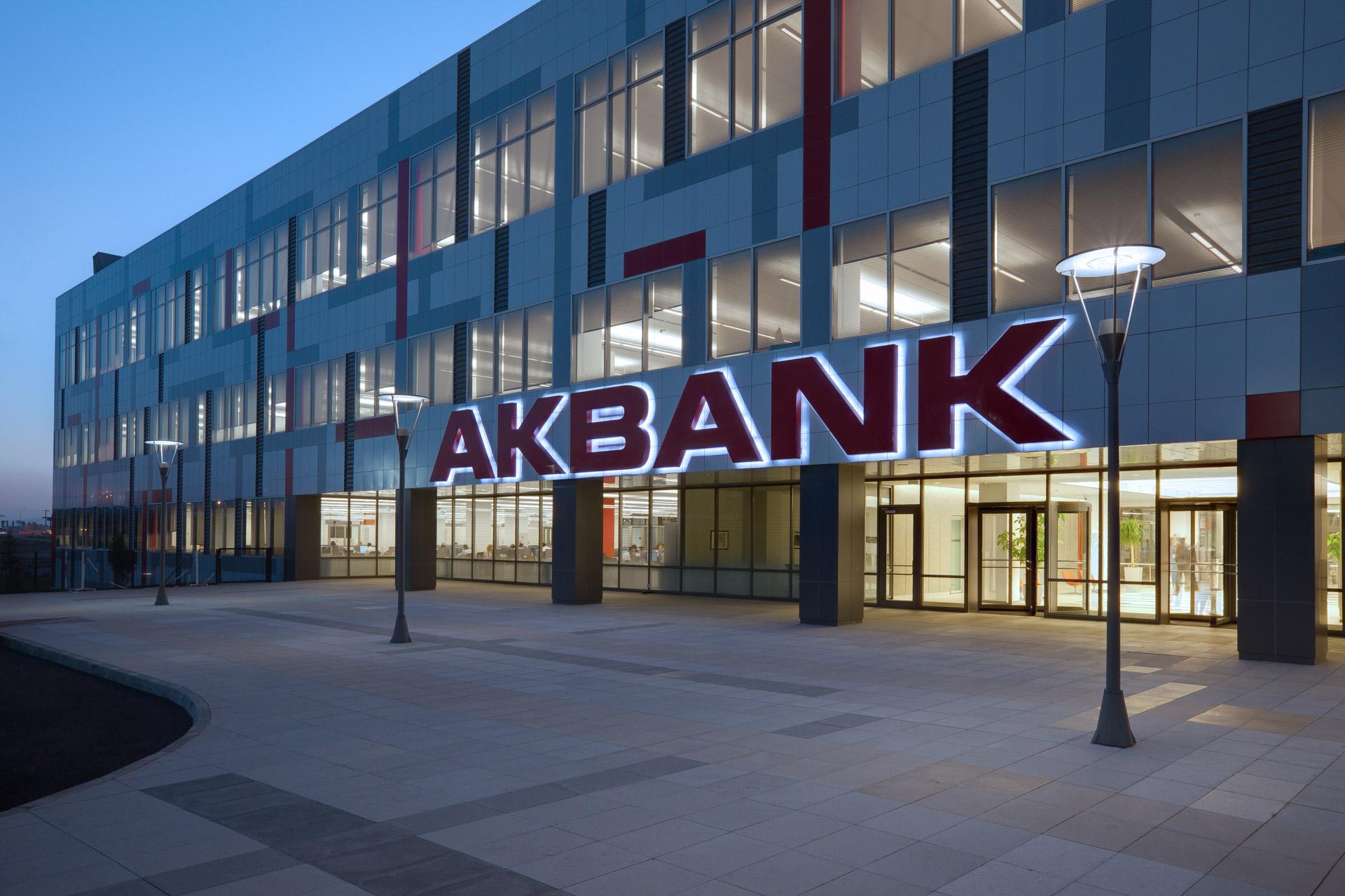Akbank müşterileri mağdur, Tepkiler milyonlara ulaştı! Peki ödenemeyen kredi, fatura ve çek borçlarına faiz eklenecek mi?