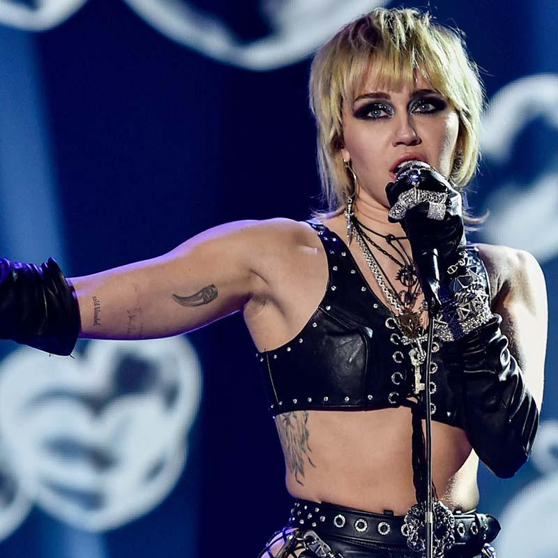 Miley Cyrus'tan konser esnasında Britney'a Özgürlük sloganı !