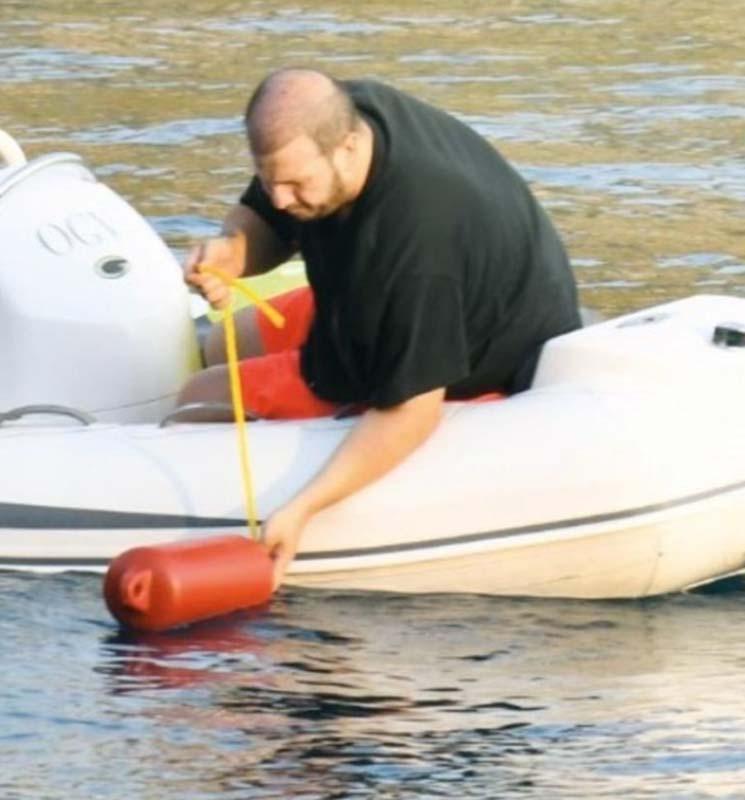 Marmaris'ten ev alan Şahan Gökbakar, tatilcilerden rahatsız oldu! Çözümü sahili kapatmakta buldu!