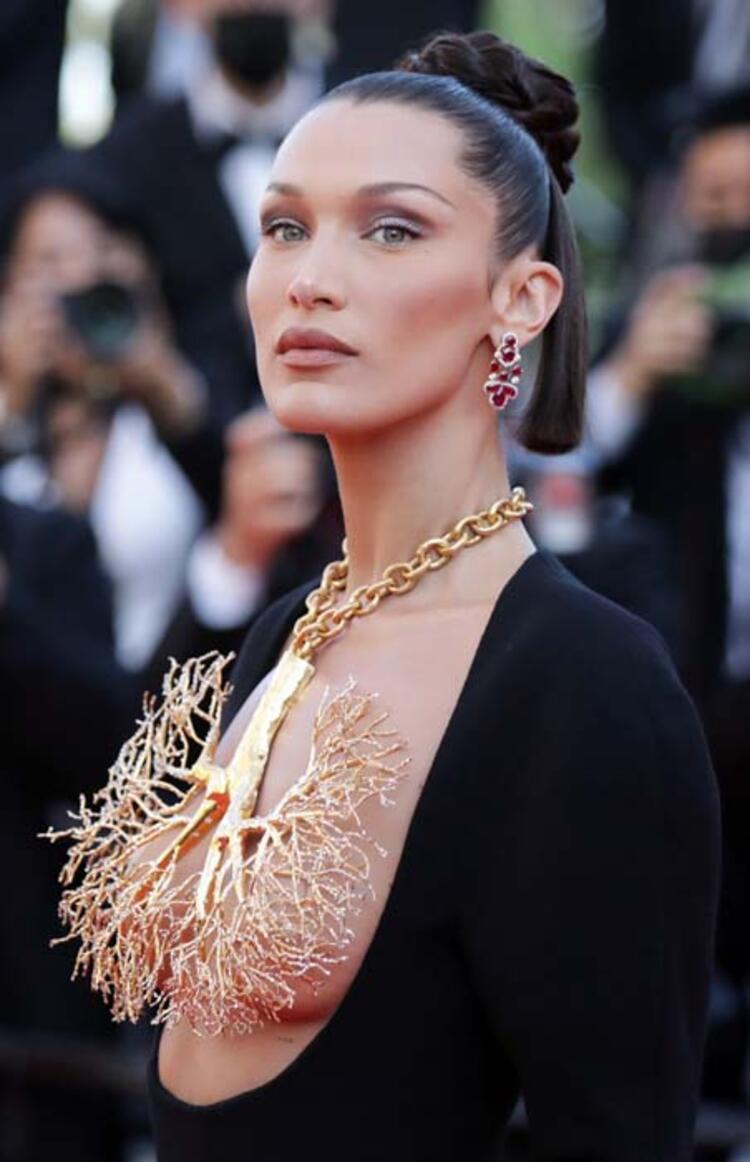 Cannes Film Festivali'ne damga vurdu! Bella Hadid kıyafetiyle tüm dikkatleri üzerine çekti!