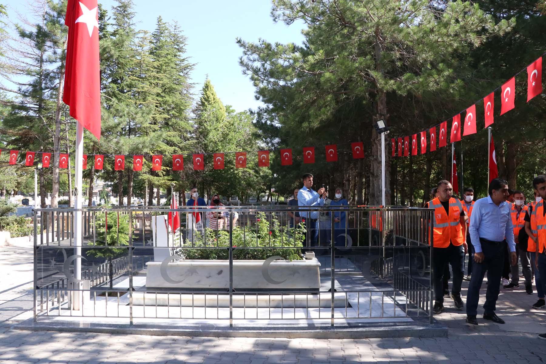 15 Temmuz'un kahramanlarından Ömer Halisdemir unutulmadı! Vatandaşlar kabrine akın etti