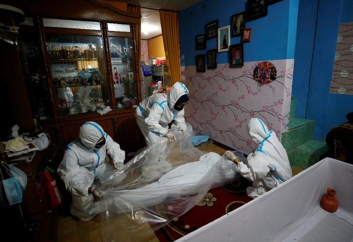 Pandemi korku filmine dönüştü! Endonezya itfaiyeciler evlerden ceset topluyor