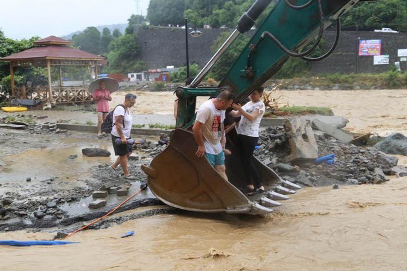 Artvin'i sel terketti, kalıntıları kaldı: 430 ev ve iş yerini su bastı, 1 kişi kayıp!