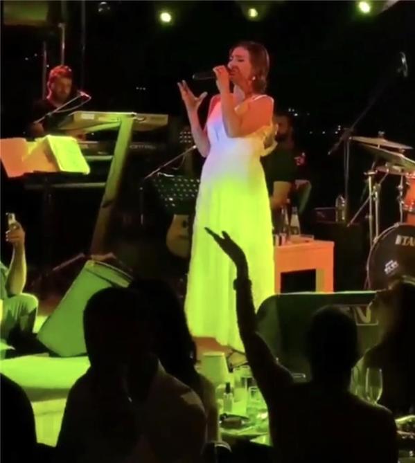 Yıldız Tilbe sahnedeyken olay çıktı! Ece Erken - Şafak Mahmutyazıcıoğlu çifti bir grupla kavga ettiği iddia ediliyor!