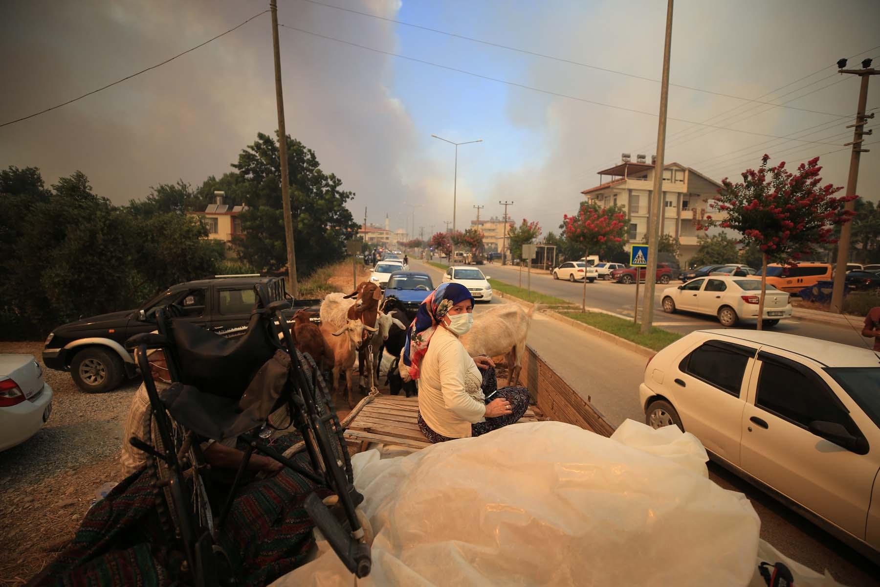 Son dakika | Antalya Manavgat'ta orman yangını! Evler boşaltıldı, ekipler canla başla müdahale ediyor