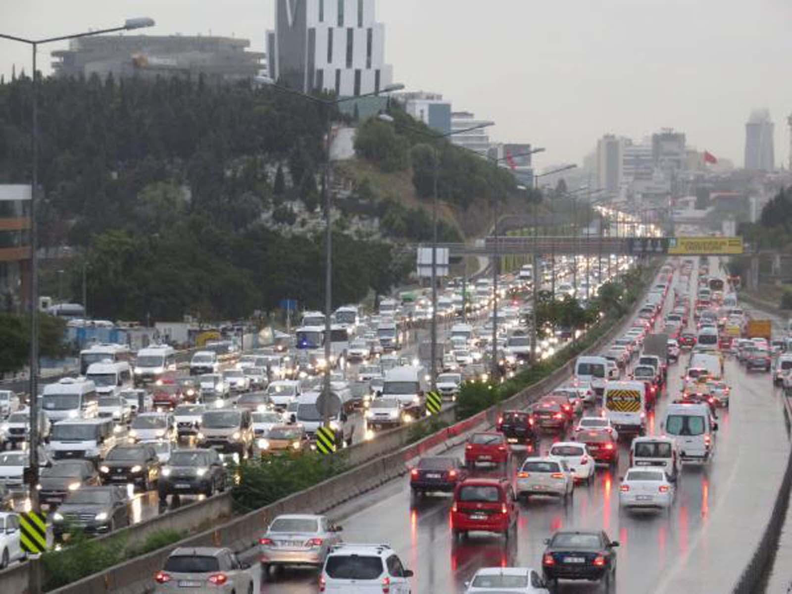 İstanbul'da sağanak yağış trafiği felç etti! Trafik yoğunluğu yüzde 71'e kadar çıktı