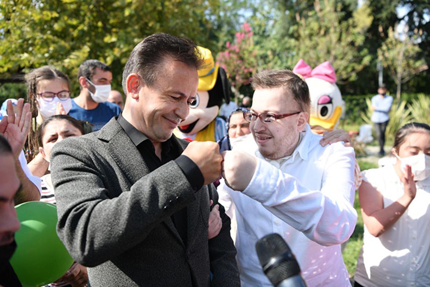 Tuzla Belediye Başkanı Dr. Şadi Yazıcı, Özel Çocuklara kendi elleriyle cağ kebabı ikram etti
