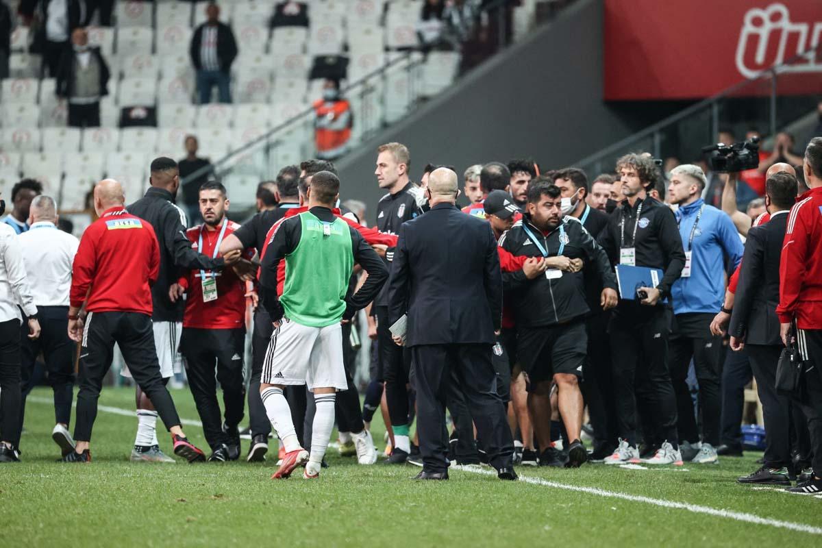 Beşiktaş - Adana Demirspor arasındaki olaylı maçla ilgili cezalar belli oldu! İki kulübe de ceza yağdı!