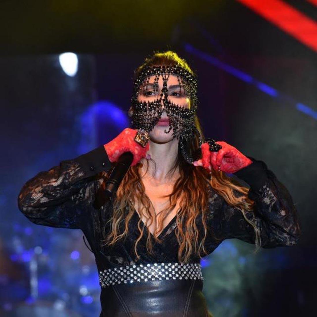 Hande Yener yine çok cesur! Jartiyerli kostümüyle sahne aldı