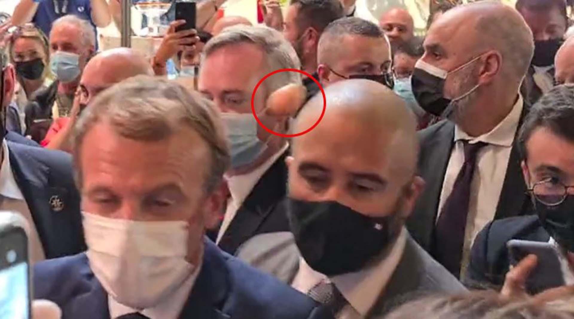 Tokatlı saldırının ardından bir kez daha şoke oldu! Fransa Cumhurbaşkanı Emmanuel Macron'a yumurta fırlatıldı