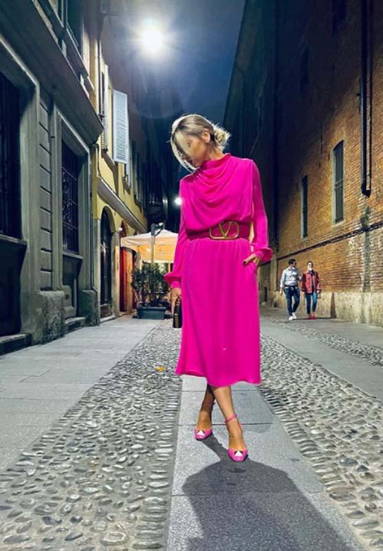 Baştan aşağı pembelere bürünen Hadise İtalya sokaklarını salladı! Paylaşımıyla dikkatleri üzerine çekti!