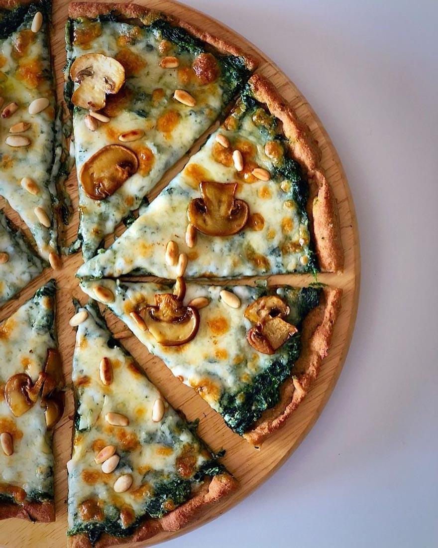 Bu pizza tarifi Ispanak sevmeyenler bile ıspanağa aşık eder! Üstelik hem hem kilo aldırmıyor hem de çok sağlıklı! İşte glütensiz Ispanaklı Pizza Tarifi