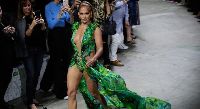 Jennifer Lopez podyumda rüzgar gibi esti
