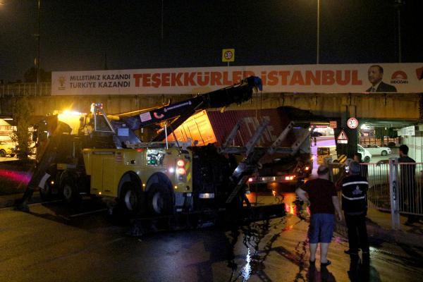 TIR, Unkapanı Köprüsü'ne takıldı