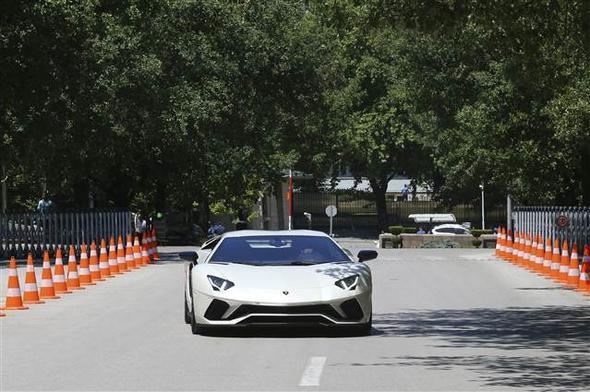 Kenan Sofuoğlu meclise mazbatasını almaya Lamborghinisiyle geldi