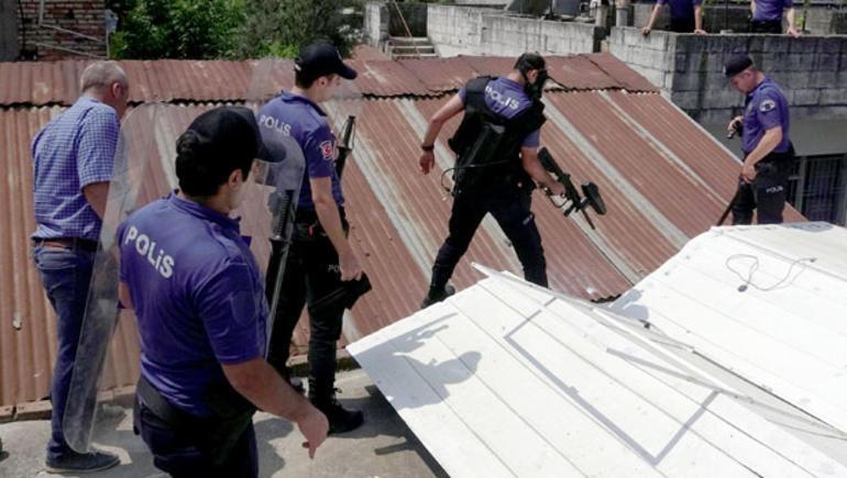 Adana'da kendisini doğramak isteyen adamı polis duvarı kırarak yakaladı