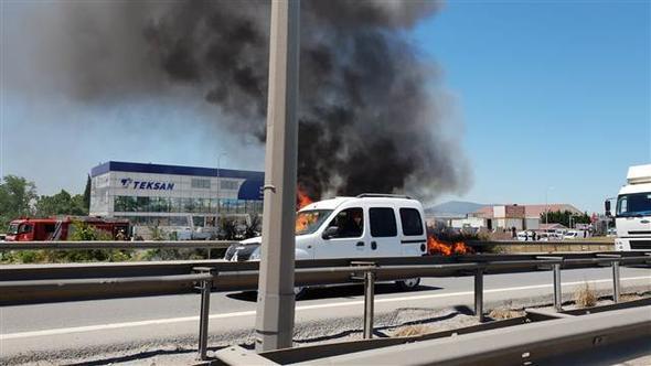 TEM'de minibüs alev alev yandı! Trafik felç