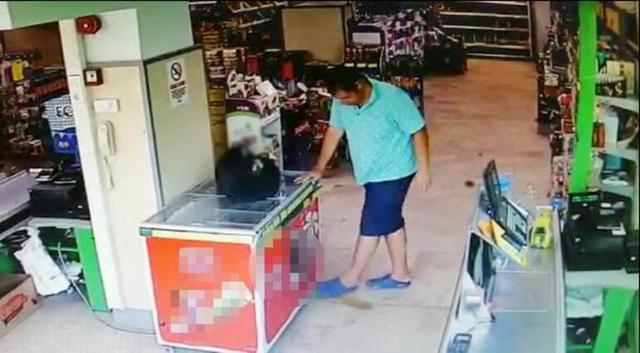 Marketin ortasına tuvaletini yapan adam herkesi şaşırttı!