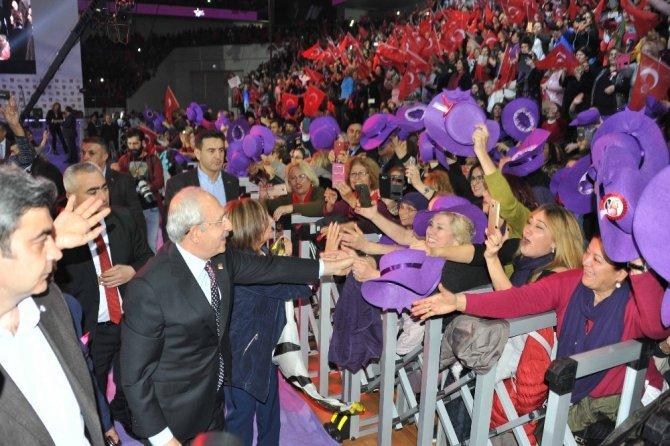 Balçova'nın mor şapkalı kadınları dikkat çekti