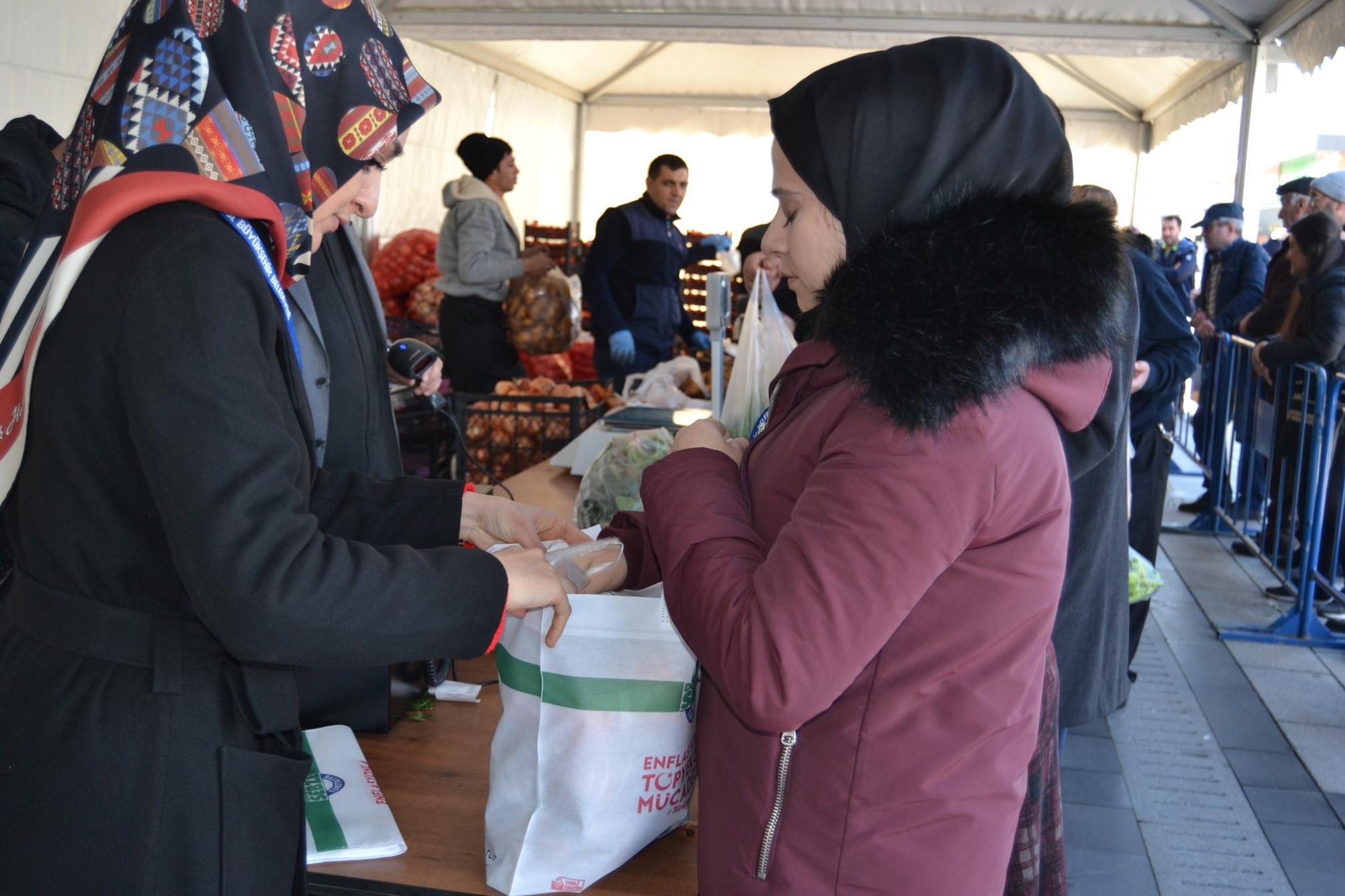 Pendik'te ucuz sebze tanzim satışlarına başlandı