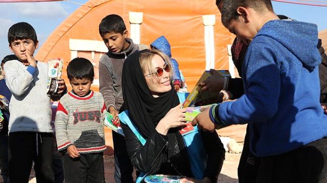 Gamze Özçelik Suriye'de Savaş Mağduru Çocuklara Yardım Etti