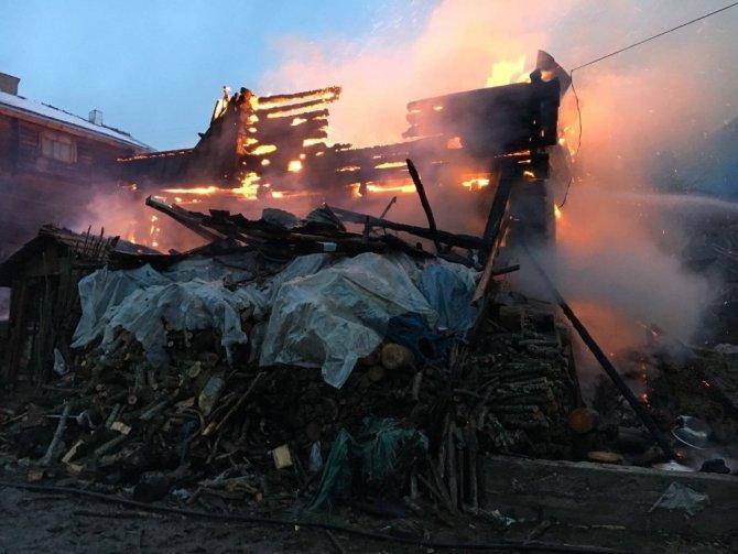 Kastamonu'da iki katlı ahşap bina yangında köle döndü