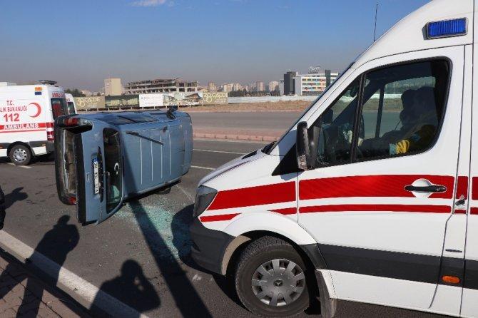Aydınlatma direğine çarpan otomobil yan yattı: 3 yaralı